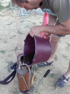 Homme en train de verser la préparation dans un récipient
